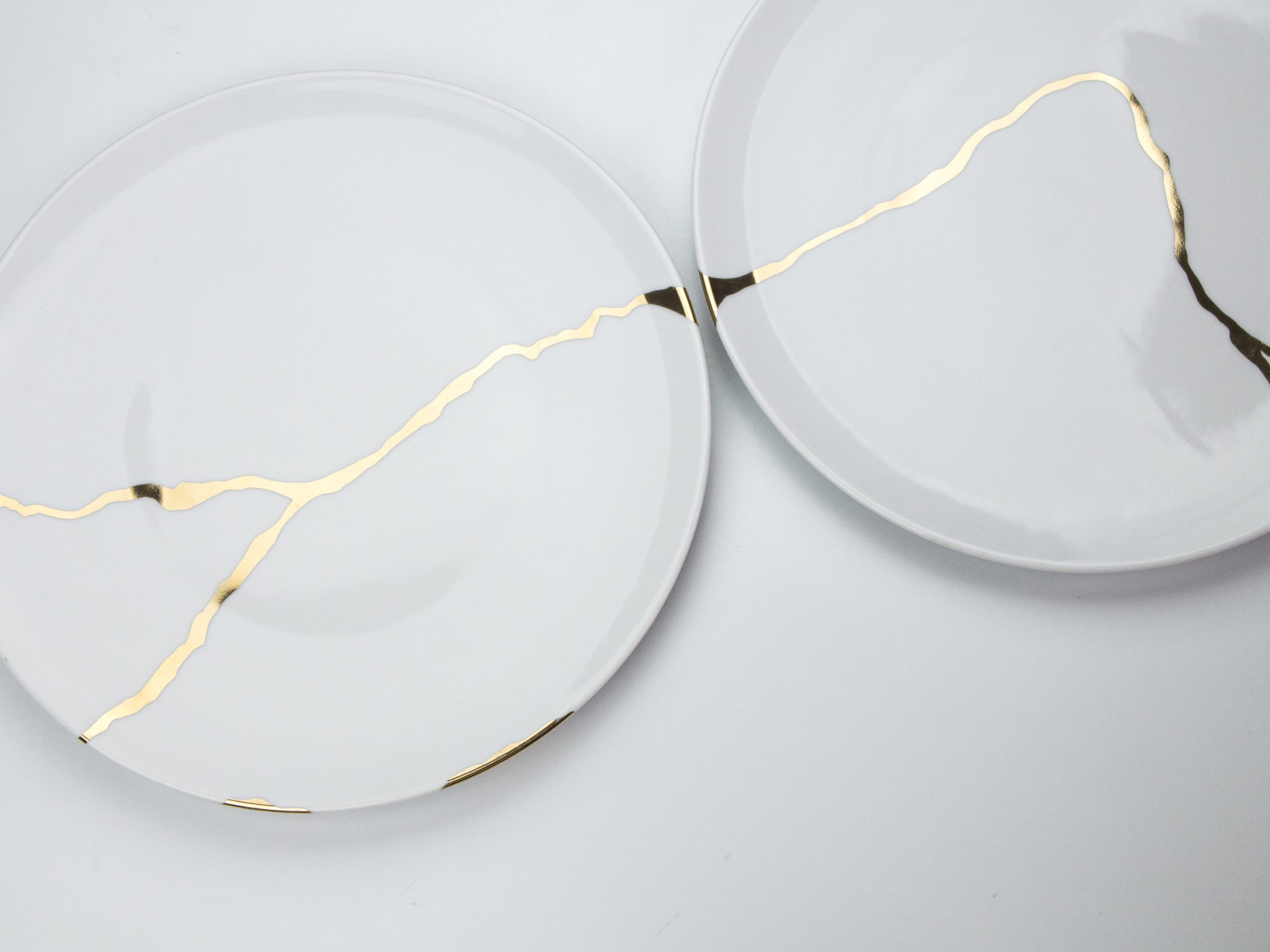 Porcelain plates decorated in honour of the Japanese art of Kintsugi by Japana